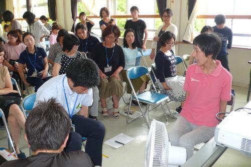 宮崎市立檍小学校にて、「立腰」の姿勢を実演解説。